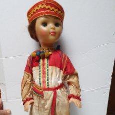 Muñecas Modernas: ANTIGUA MUÑECA. DEL ESTE?. TRAJE TRADICIONAL, CUERPO DE PLASTICO.. Lote 214192832