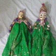 Muñecas Modernas: PAR DE MARIONETAS.INDIA. RAJASTHÁN. HECHAS A MANO DE MADERA Y TELAS ANTIGUOS SARIS. TÍTERES. Lote 217621767