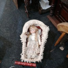 Muñecas Modernas: COCHE CON MUÑECA DE JUGUETE. Lote 218784761