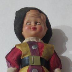 Muñecas Modernas: ANTIGUA MUÑECA GUARDIA SUIZA. Lote 227929845