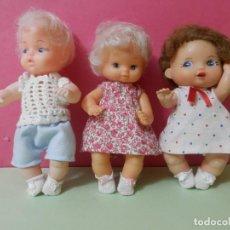 Muñecas Modernas: DOS MUÑECAS Y UN MUÑECO ANTIGUOS AÑOS 50-60. PLASTICO DURO. VESTIDOS COMPLETAMENTE. Lote 229504175