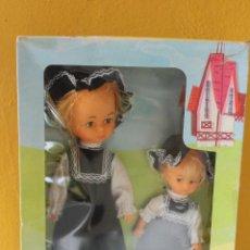 Muñecas Modernas: DOS MUÑECAS COUNTRY SISTERS, AÑOS 70, MADE HONG HONG. Lote 230065430