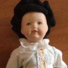 Muñecas Modernas: LINDO MUÑECO DE PORCELANA. CARA BONITA. EN SU CAJA. Lote 241387600