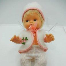 Muñecas Modernas: PEQUEÑA MUÑECA. MIGLIORATI ITALIANA, CON VESTIDO DE FAMOSA.. Lote 241413685