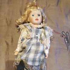 Muñecas Modernas: ANTIGUA MUÑECA EN PORCELANA Y CUERPO DE TRAPO. ROPA ORIGINAL. MIDE 45CM.. Lote 242334940