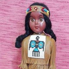 Muñecas Modernas: ANTIGUA MUÑECA INDIA, CON TRAJE DE CUERO, ARCO. MIDE 30 CENTÍMETROS. Lote 252278770