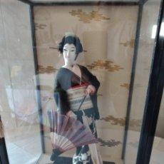 Muñecas Modernas: MUÑECA GEISHA BOUDOIR EN VITRINA, CON SOMBRILLA ,PELO DE MOHAIR ,AÑOS 40/50, JAPÓN. Lote 252701820