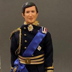 Muñecas Modernas: MUÑECO CARLOS DE INGLATERRA DOLL CARLOS OF ENGLAND, PRINCE OF WALES, TAMAÑO BARBIE. Lote 269327103