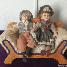 Muñecas Modernas: ANTIGUA PAREJA MUÑECAS PORCELANA Y BANCO MADERA. Lote 275974223