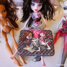 Bambole Moderne: MONSTER HIGH - DRACULAURA, LAGOONA, CLAWDEEN, METAL BOX CARDS + GAMING CONSOLE. Lote 276266578