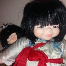 Muñecas Modernas: MUÑECA ASIATICA ORIENTAL CON NIÑA CHINITA A CUESTAS JACOBSEN MIELER DOLLS LIMITED HONG KONG AÑOS 80. Lote 287603038
