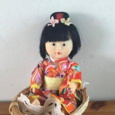 Muñecas Modernas: MUÑECA JAPONESA CON CESTITA. Lote 293350298