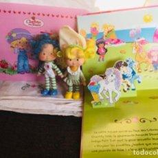 Muñecas Modernas: LOTE MUÑECAS TARTA DE FRESA LIBRO POP-UP SALVAMANTELES. Lote 296854528