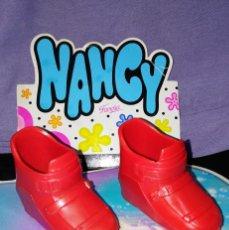 Muñecas Nancy y Lucas: BONITAS BOTAS ROJAS DEL CONJUNTO SKY, ESQUIANDO, DE NANCY - FAMOSA - 1976. Lote 118218431