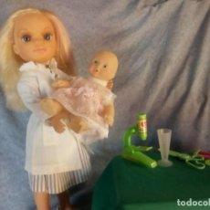 Muñecas Nancy y Lucas: MUÑECA NANCY NEW CON ROPA DE CALLE Y BATA DE DOCTORA +LOTE DE JUGETES. Lote 144965646