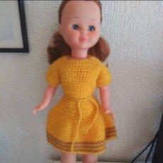 Muñecas Nancy y Lucas: VESTIDO MOSTAZA A GANCHILLO PARA NANCY. A JUEGO PATUSCOS Y BUFANDA.. Lote 216569775