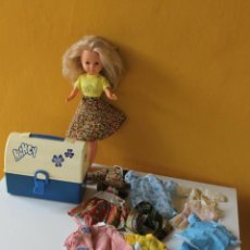 Muñecas Nancy y Lucas: NANCY CON MALETIN Y ACCESORIOS ROPA, 15 PIEZAS. Lote 218182458