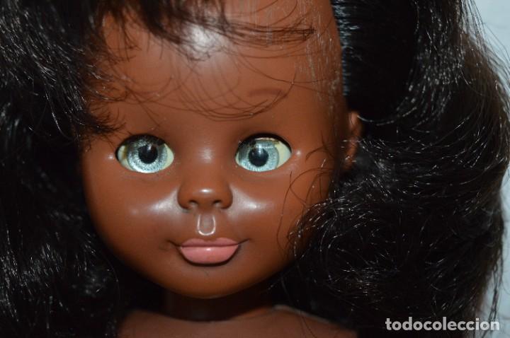 Muñecas Nancy y Lucas: Antigua NANCY NEGRITA, pies LESLY / Solo FAMOSA - Brazos, cabeza y pies duros - ¡Mira es preciosa! - Foto 4 - 283312993