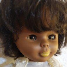 Muñecas Nancy y Lucas: PRECIOSA NANCY NEGRITA FALTA UNA PIERNA CON EL VESTIDO NOSTALGIA PELO CORTO DE ORIGEN. Lote 293454393