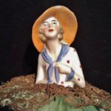 Muñecas Porcelana: BUSTO DE PORCELANA ART DECÓ. TRAJE VERDE DE PUNTILLA, INTERIOR DE PAPEL, EN BASE CARTÓN LITOGRAFIADO. Lote 39513452