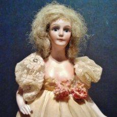 Muñecas Porcelana: MUÑECA DE BUSTO DE BISCUIT DE LÁMPARA CON PRECIOSO VESTIDO DE TELA ORIGINAL.. Lote 39513458