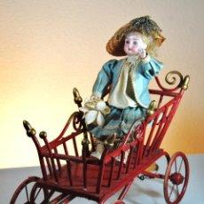 Muñecas Porcelana: MUÑECO EN CARROZA CON MOVIMIENTO.. Lote 72982983