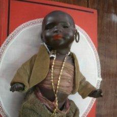 Muñecas Porcelana: ANTIGUO MUÑECO ALEMÁN PORCELANA MARCA HEUBACH KOPPELSDORF-NIÑO-BEBE NEGRO ARTICULADO-TRAJE ORIGINAL. Lote 39622891