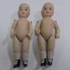 Muñecas Porcelana: LOTE DE 2 ANTIGUAS MUÑECAS IGUALES DE CERAMICA ARTICULADA. 13CM. LAS DE LAS FOTOS. Lote 80436009