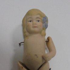 Muñecas Porcelana: ANTIGUA MUÑECA DE CERAMICA ARTICULADA. LE FALTA UN BRAZO. 9CM. LA DE LA FOTOS. Lote 80436253