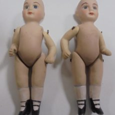 Muñecas Porcelana: LOTE DE 2 ANTIGUAS MUÑECAS IGUALES DE CERAMICA ARTICULADA. 13CM. LAS DE LAS FOTOS. Lote 80440185
