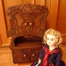 Muñecas Porcelana: ALACENA-APARADOR DE MUÑECA ANTIGUA HACIA 1920.. Lote 97150591
