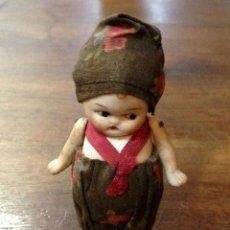 Muñecas Porcelana: MUÑECA EN MINIATURA. PORCELANA BISCUIT Y VESTIDO DE TELA. PRINCIPIOS SIGLO XX.. Lote 102932011