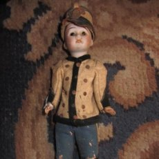 Muñecas Porcelana: ANTIGUO MUÑECO DE PORCELANA CON TRAJE MILITAR. Lote 121063823