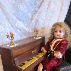 Muñecas Porcelana: ANTIGUA MUÑECA GOEBEL MOLDE 120 CON SU PIANO ANTIGUO. Lote 128760667