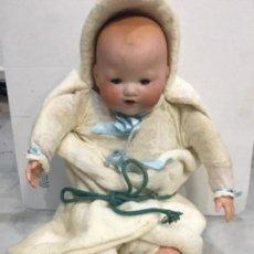 Muñecas Porcelana: ANTIGUO BEBÉ CABEZA DE PORCELANA MARCADO A.M. GERMANY 35113 ALTURA 38 CM. CUERPO DE TRAPO Y CON SUS . Lote 139321170