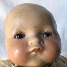 Muñecas Porcelana: MUÑECA BEBÉ DE PORCELANA Y CUERPO DE TRAPO. OJOS MOVILES. 190X. Lote 139475417