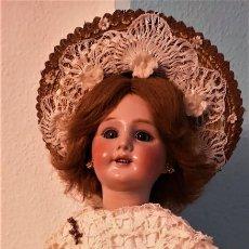 Muñecas Porcelana: IMPRESIONANTE MUÑECA DE PORCELANA ,MARCADA EN LA NUCA ,SIGLO XX ,CON ATUENDO ORIGINALES . Lote 142908870
