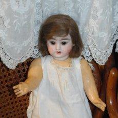 Muñecas Porcelana: PRECIOSA MUÑECA ANTIGUA CON CABEZA DE PORCELANA Y CUERPO DE CARTÓN PIEDRA. Lote 152470582