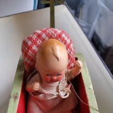 Muñecas Porcelana: ANTIGUA MONECA DE COLECION EN PORCELANA MAD GERMANY EN SUE CARRITO DE NIEBE ANOS 30,40. Lote 173107564