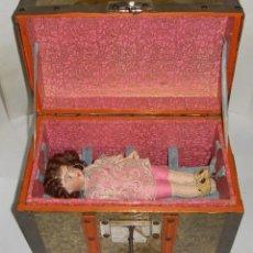 Muñecas Porcelana: ANTIGUA MUÑECA DE PORCELANA. S.XIX. CON BAÚL Y ROPA DE ÉPOCA. CON MARCA EN LA NUCA.. Lote 175530989