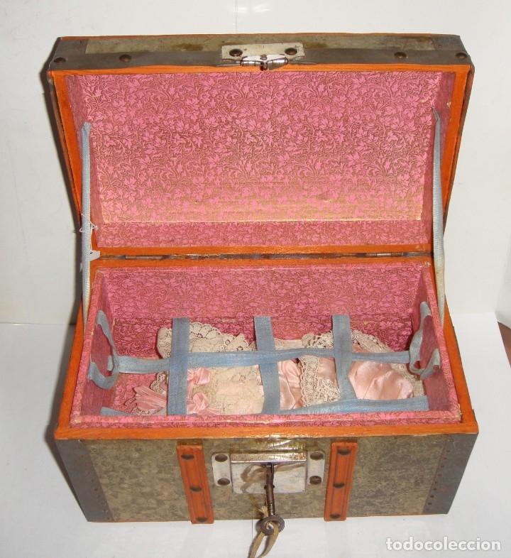 Muñecas Porcelana: Antigua Muñeca de Porcelana. S.XIX. Con baúl y ropa de época. Con marca en la nuca. - Foto 3 - 175530989