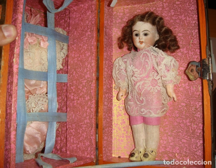 Muñecas Porcelana: Antigua Muñeca de Porcelana. S.XIX. Con baúl y ropa de época. Con marca en la nuca. - Foto 4 - 175530989