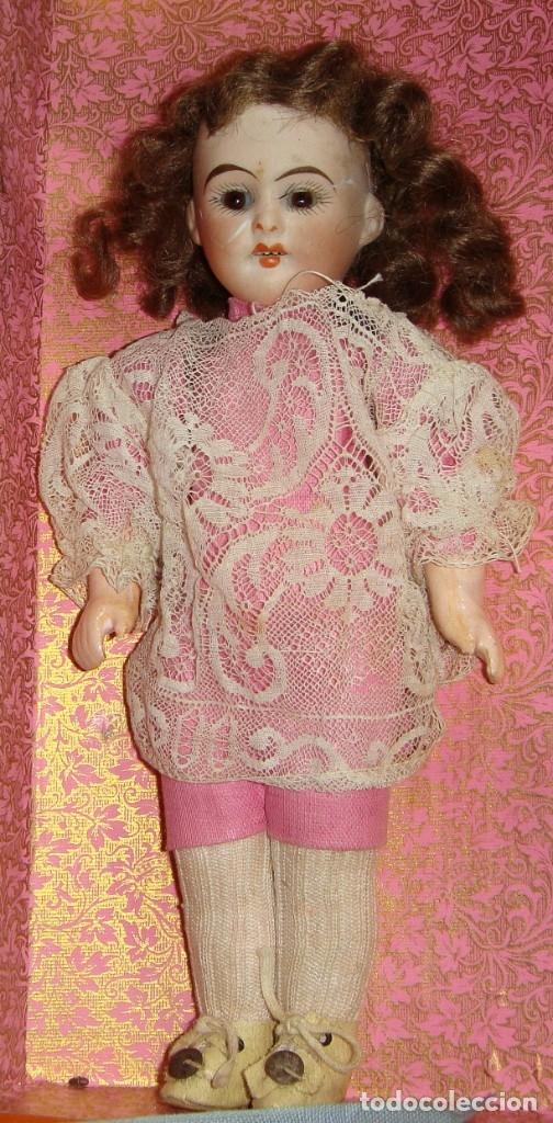 Muñecas Porcelana: Antigua Muñeca de Porcelana. S.XIX. Con baúl y ropa de época. Con marca en la nuca. - Foto 5 - 175530989