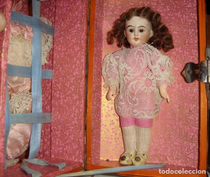 Muñecas Porcelana: Antigua Muñeca de Porcelana. S.XIX. Con baúl y ropa de época. Con marca en la nuca. - Foto 6 - 175530989