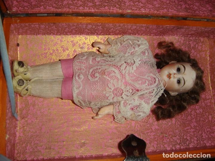Muñecas Porcelana: Antigua Muñeca de Porcelana. S.XIX. Con baúl y ropa de época. Con marca en la nuca. - Foto 7 - 175530989
