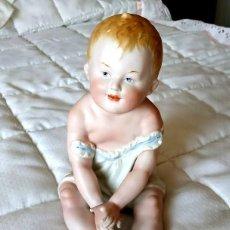 Muñecas Porcelana: BEBÉ PIANO SENTADO DE PORCELANA POR MERCEDES SOS. Lote 194073193