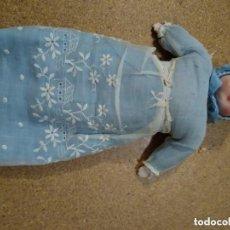 Muñecas Porcelana: ANTIGUO BEBÉ ALEMÁN O SIMILAR. UNOS 26 CM CUERPO DE TRAPO. ROPA ORIGINAL.. Lote 194389593