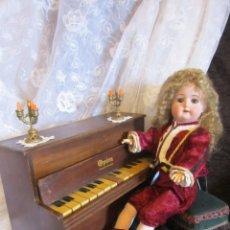 Muñecas Porcelana: ANTIGUA MUÑECA GOEBEL MOLDE 120 CON SU PIANO ANTIGUO Y 3 MUÑECAS MÁS. Lote 128760667