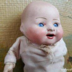 Muñecas Porcelana: PEQUEÑO MUÑECO EN PORCELANA OJOS DURMIENTES Y TRAPO. Lote 216415048