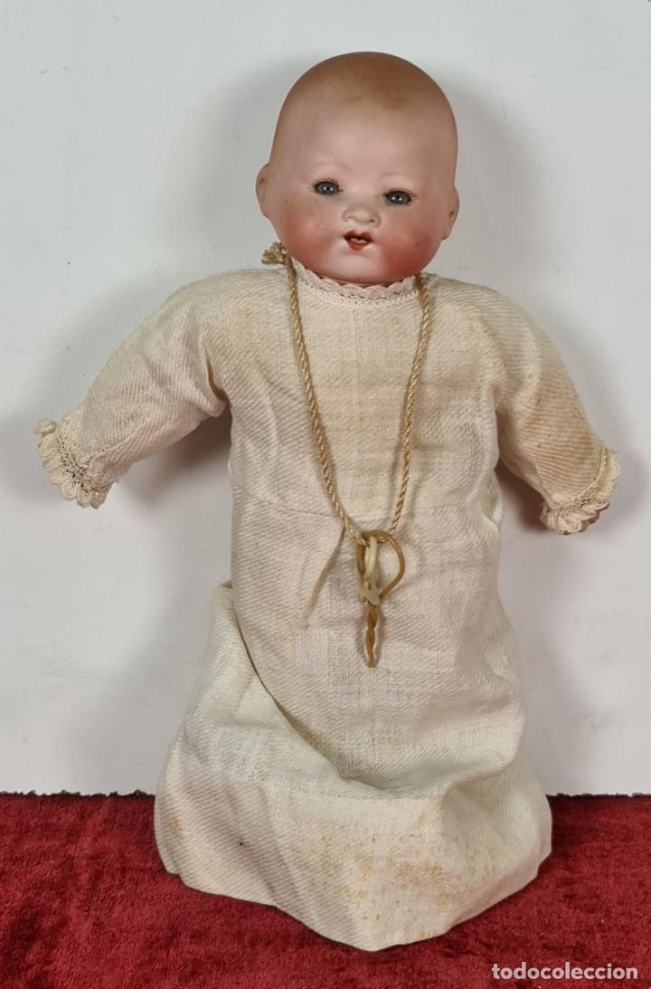 MUÑECO BEBÉ. CABEZA Y MANOS DE PORCELANA. CUERPO DE PAJA. ALEMANIA. CIRCA 1920. (Juguetes - Muñeca Extranjera Antigua - Porcelana Alemana)